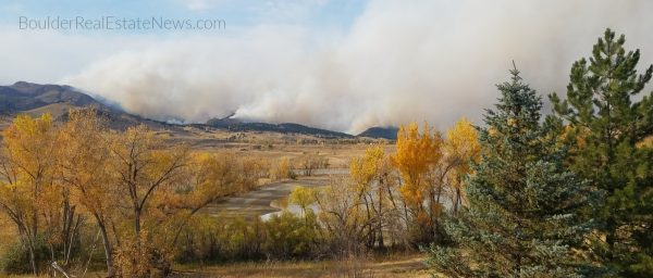 the lefthand canyon fire pictured from lake valley estates is whats happening now in boulder co